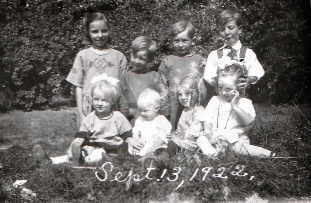Lane-Jean-rear-and-Helen-with-cousins-118