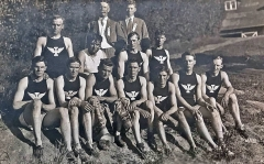Wesley-Ream-with-track-team-1910